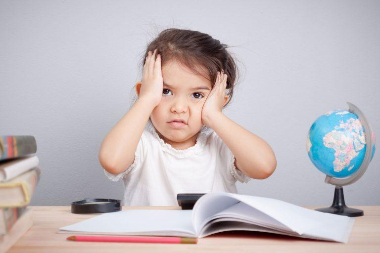 """ישנם מספר סימני """"אזהרה"""" בהקשר של מיגרנות אצל ילדים שמצדיקים התייעצות רפואית."""